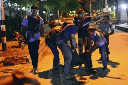 http://www.awwaaz.com/images/stories/ڈھاکہ کے ریسٹورنٹ میں دہشت گردی:غیرملکیوں سمیت 10مارے گئے
