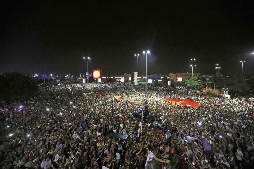 http://www.awwaaz.com/images/stories/عوامی طاقت کے سامنے فوجی بے بس : جمہوری حکومتیں کام کریں تو ایسا بھی ہوتا ہے
